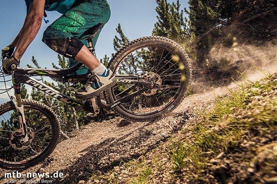 Auch weiter unten im Tal bleiben die Trails steinig und steil, doch der Anteil mit weichem Waldboden nimmt zu. Hier lassen sich schöne Touren mit echten Supertrails fahren ohne, dass man lange steile Anstiege in Kauf nehmen muss.