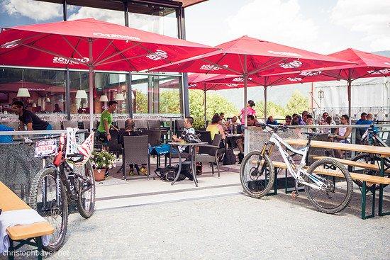 Das Café an der Talstation war gut besucht, immer wieder wurden die Plätze im Schatten für eine Pause genutzt.