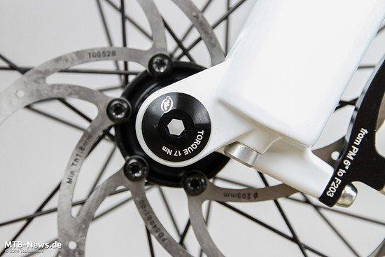 Wer Gewicht sparen will (ca. 26g) kann den Schnellspanner jedoch auch weiterhin demontieren und die Achse über einen Inbus spannen (max. 17Nm Drehmoment)