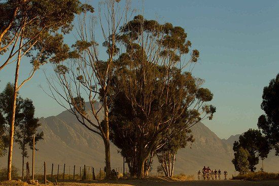 Das Feld zieht sich langsam auseinander  - Greg Beadle-Cape Epic-SPORTZPICS