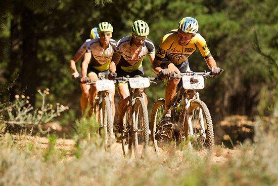 Urs Huber vom Team Bulls auf der Verfolgung zusammen mit Jose Hermida und Rudi van Houts sowie Karl Platt - Gary Perkin-Cape Epic-SPORTZPICS