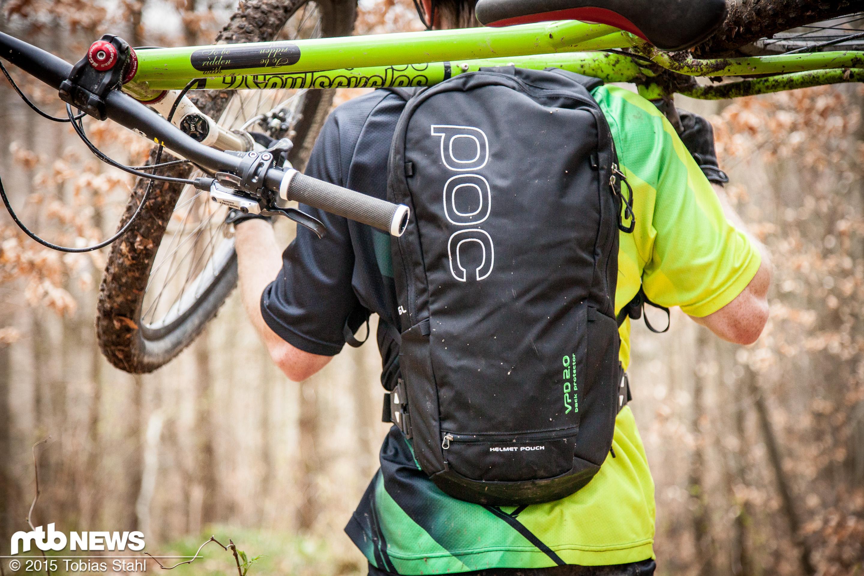 foto fahrrad tragen mit dem poc vpd 2 0 spine pack 1. Black Bedroom Furniture Sets. Home Design Ideas