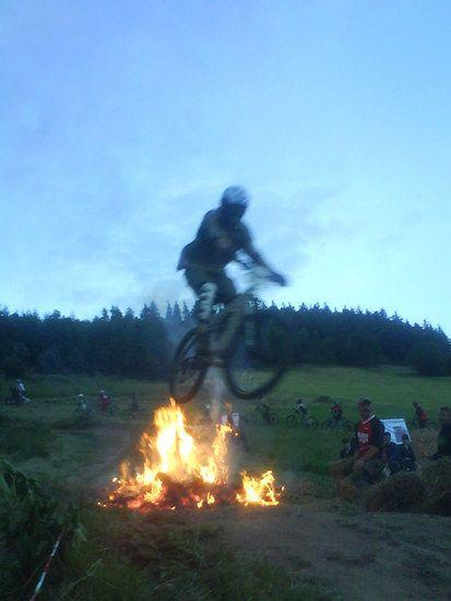 Merxhausen 08 Niggels beim Feuerspringen