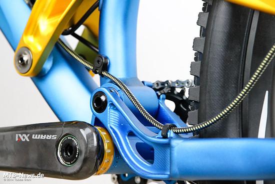 Kevlarverstärkte Bremsleitungen für die Formula R1 Racing - optisch perfekt passend zu unserem Testrad.