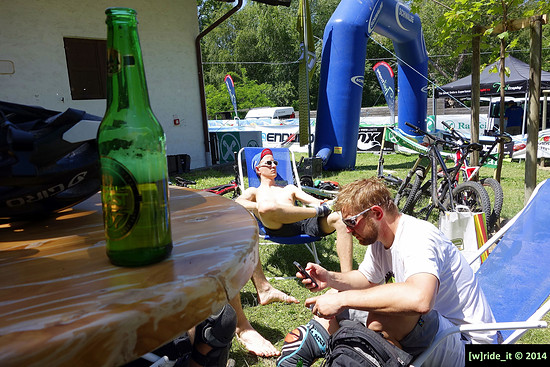 DSC0139 Entspannen nach dem Rennen TT #1 Latsch 2014