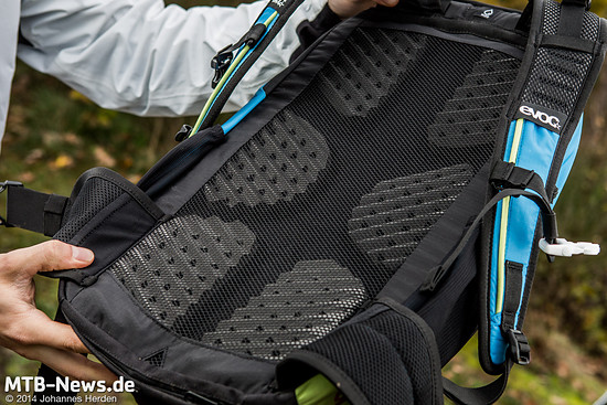 Das Rückenteil des Roamer wird von sechs Schaumstoff-Pads gebildet, die von einem dünnen aber straffen Netz überzogen sind. So soll die Belüftung sichergestellt werden.