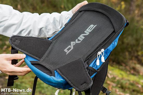 Das Rückenteil des Dakine AMP bildet ein durchgehendes Netz. Der Rücken dahinter ist durchgewölbt, so dass er Abstand vom Rücken hält und so Luftzirkulation ermöglicht.