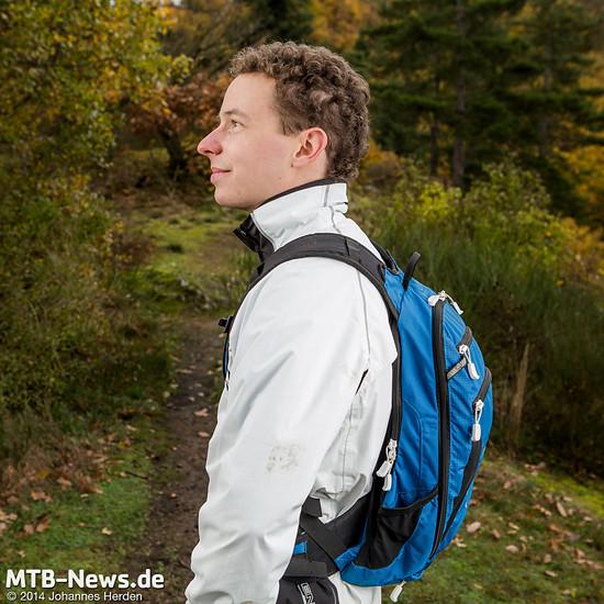 Die 12 Liter Volumen lassen sich eng an den Rücken zurren. Ein nicht dehnbarer Hüftgurt hilft dabei, das Gewicht an Ort und Stelle zu halten.