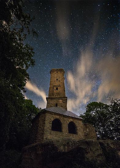 Luitpoldturm bei Nacht und Sternen im blauen Himmel