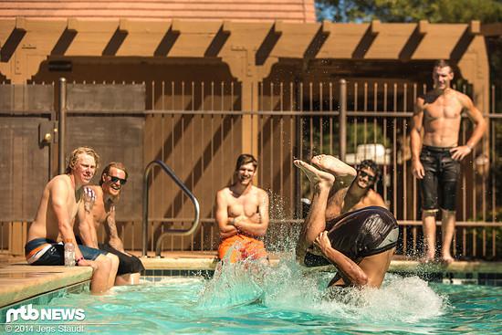 Droppen im Pool zur Abkühlung