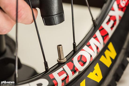 Ein entfernter Ventilkopf ermöglicht schnelleren Luffluss und somit eine einfachere  Montage