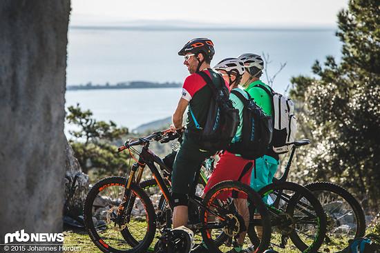 Roger, Patricia und Harry genießen die Aussicht vom höchsten Punkt der Insel