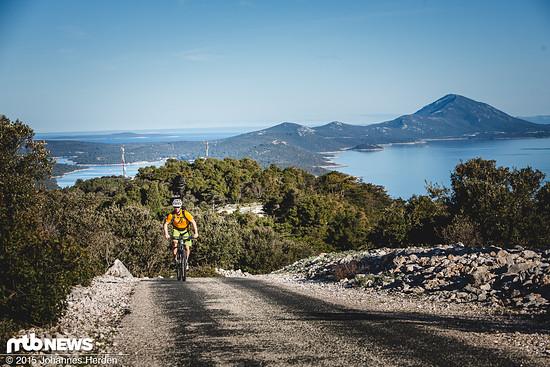 Jürgen erklimmt eine der Rampen, im Hintergrund ein fantastischer Inselblick über Losinj