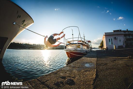 Sebas beschließt den Trip mit einem Salto ins 14° kalte Hafenbecken