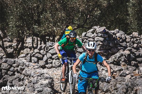 Patricia und Sebas bahnen sich einen Weg durch die Steinmauern