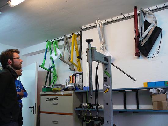 Einer der Montageplätze mit Arbeit die wartet.