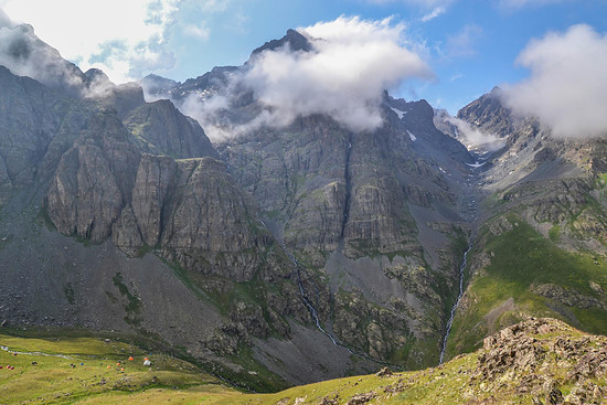Das Dilberdüzü Basecamp liegt eindrucksvoll am Fuße des Kaçkar Dağı