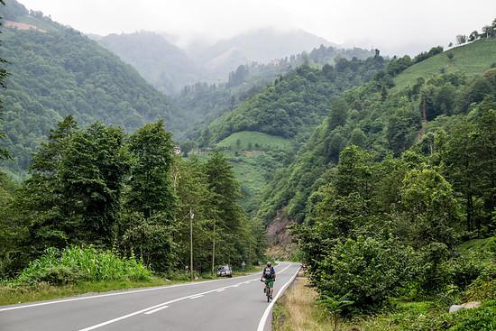 Anfangs führt uns eine überragend ausgebaute Teerstraße ins Gebirge...