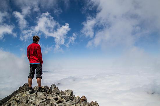 Ein Wolkenmeer erstreckt sich so weit wir blicken können