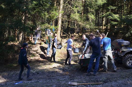 Viele Helfer beteiligten sich am Bau