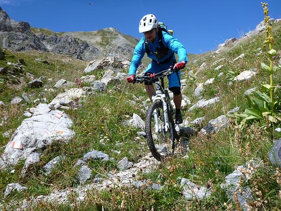 Unterhalb des Colle Scaletta wird der Trail flowiger, aber nicht anspruchsloser.