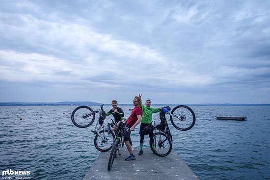 Drei Verrückte vor der Abfahrt in Friedrichshafen am Bodensee