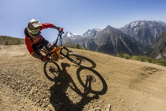 Im Bike-Park von Les Deux Alpes haben unzählige Kompressionen aber noch viel mehr Bremswellen auf die Lyrik gewartet
