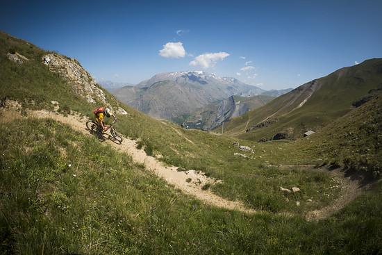 Auf der Strecke des Mountain of Hell Rennens haben wir unsere Testerfahrungen gesammelt, im Hintergrund mittig der Berg an dem zeitgleich die Megavalanche 2015 stattgefunden hat