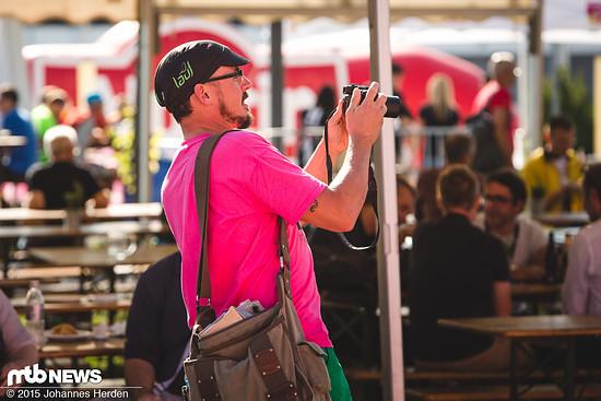 Muschi beim Fotografieren der neuesten Neuigkeiten