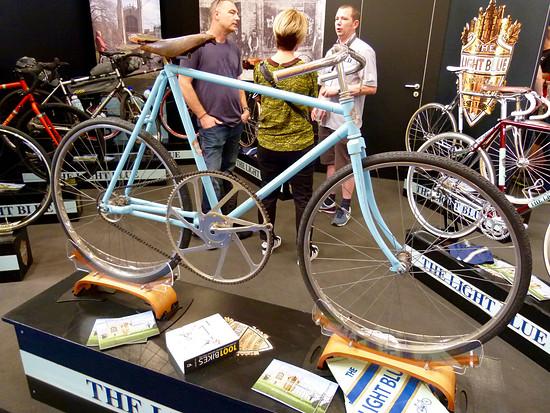 The Light Blue, die 120 Jahre alte Manufaktur aus Cambridge macht das was sie am besten kann, moderne klassische Rennräder bauen. Diese Übersetzung würde ich ja mal zu gerne probieren.