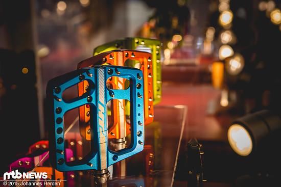 Das AE06 Pedal kommt in vielen verschiedenen Farben und soll sehr haltbar sein