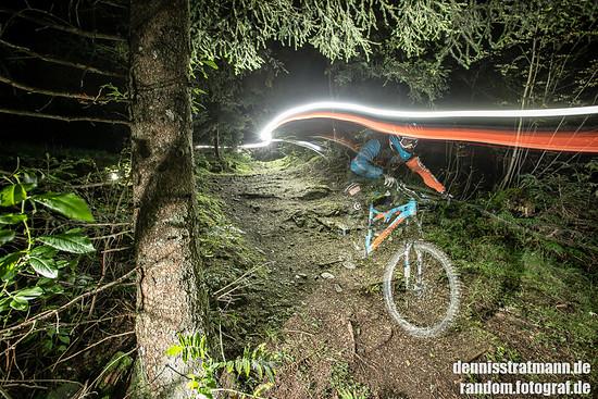 Nightride über Wurzeln