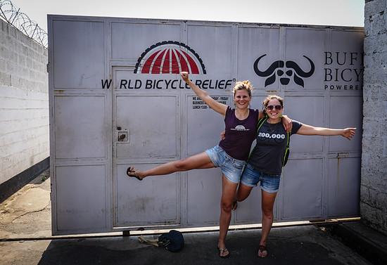 Lena und ihre Kollegin Claire vor den Toren von World Bicycle Relief in Lusaka