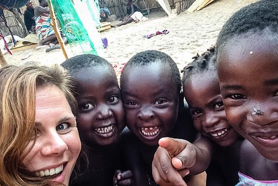Ein Selfie geht immer: Lena mit vier potentiellen Nachwuchs-Bikern in Malawi