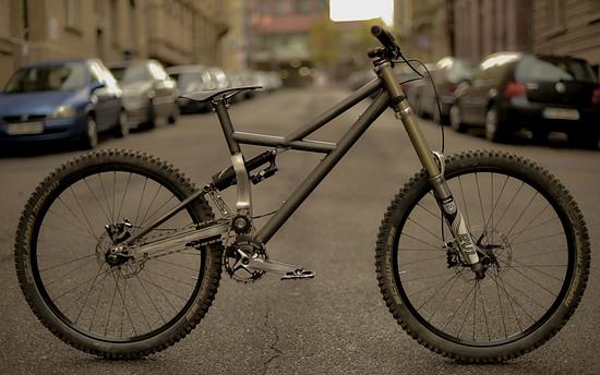 Klare Linien, schlanker Hinterbau und mit 16,02 kg nicht einmal übergewichtig: mein Eigenbau Downhill-Bike