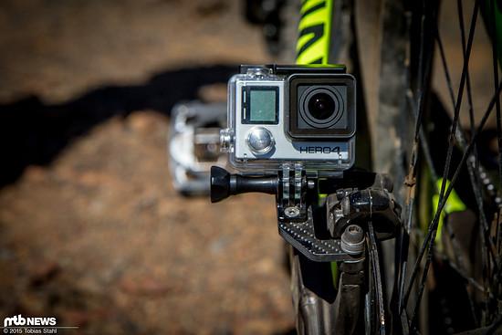 Die Kamera kann mit der Standard GoPro-Schaube oder der mitgelieferten Inbus-Schraube befestigt werden