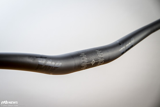 Die Markierungen in der Mitte des Lenkers helfen bei der korrekten Positionierung im Vorbau