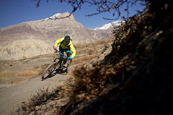 OK: Ellenbogen raus, Bike in die Kurve drücken, Rennfahrer-Blick aufsetzen. Voll Enduro!