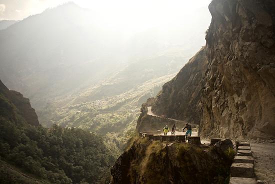Downhill-Hauptstraße durch die tiefste Schlucht der Welt.