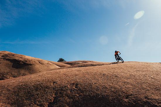 Dank des tiefen Schwerpunktes liegt das Bikes erstaunlich gut in der Kurve. Die Plus-Reifen sorgen mit ihrem Grip für Extra-Vertrauen.