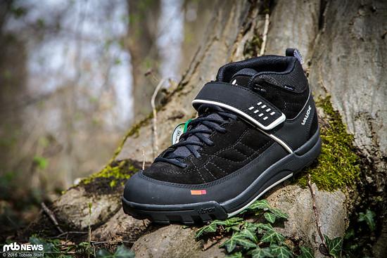 Der Schuh ähnelt vom Aufbau her einem Wanderschuh, ist jedoch mit einer speziellen Sohle ausgestattet