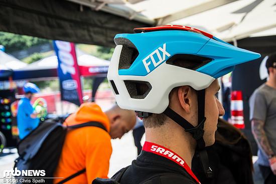 Der Helm ist weit über den Hinterkopf nach unten gezogen