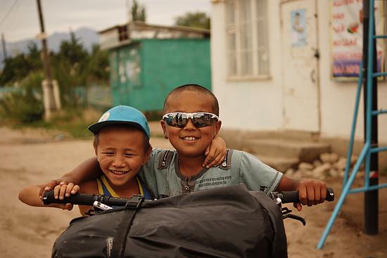 Die Kinder haben mindestens so viel Spaß an unseren Rädern wie wir. Teils müssen wir sie minutenlang jagen, um unsere Spielzeuge zurück zu bekommen