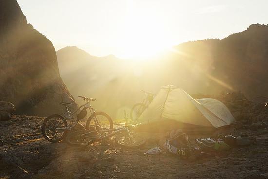 Direkt am See schlagen wir unser Zelt auf und genießen die letzten Sonnenstrahlen
