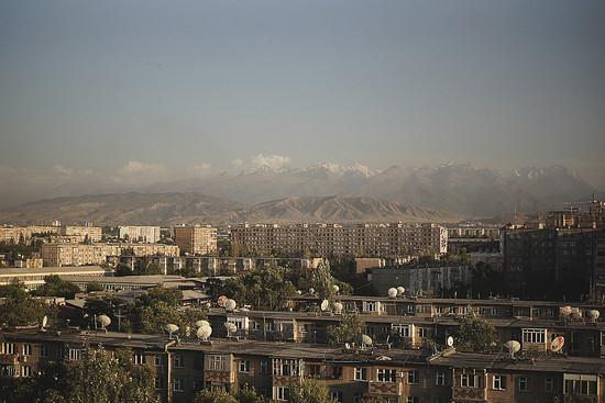 Von den Dächern Bischkeks erkennt man bereits die weißen Berggipfel des Ala-Artscha Nationalparks