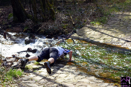 Bestes Hochwälder Quellwasser - am besten einzunehmen per Liegestütz