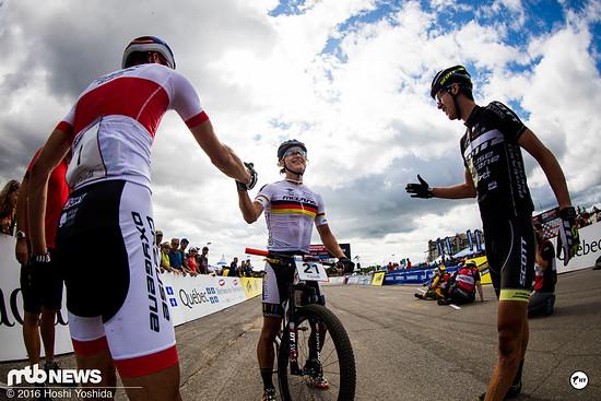 Ein glücklicher Lukas Baum gratuliert den ersten beiden Fahrern