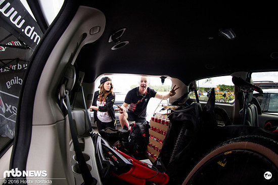 Vollbepacktes Auto beim BH-Suntour-Team