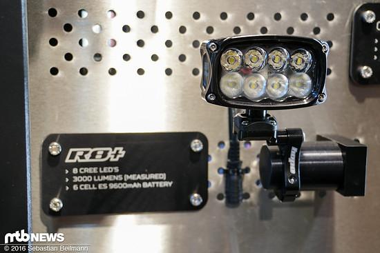 8 LEDs, 3000 Lumen und eine Batterie mit 9600 mAh