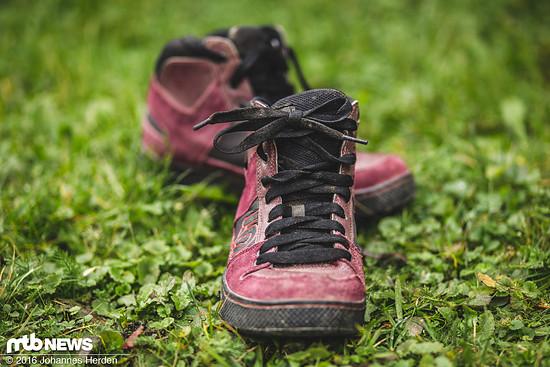 Die Schnürung des Schuhs geht bis über das Sprunggelenk...